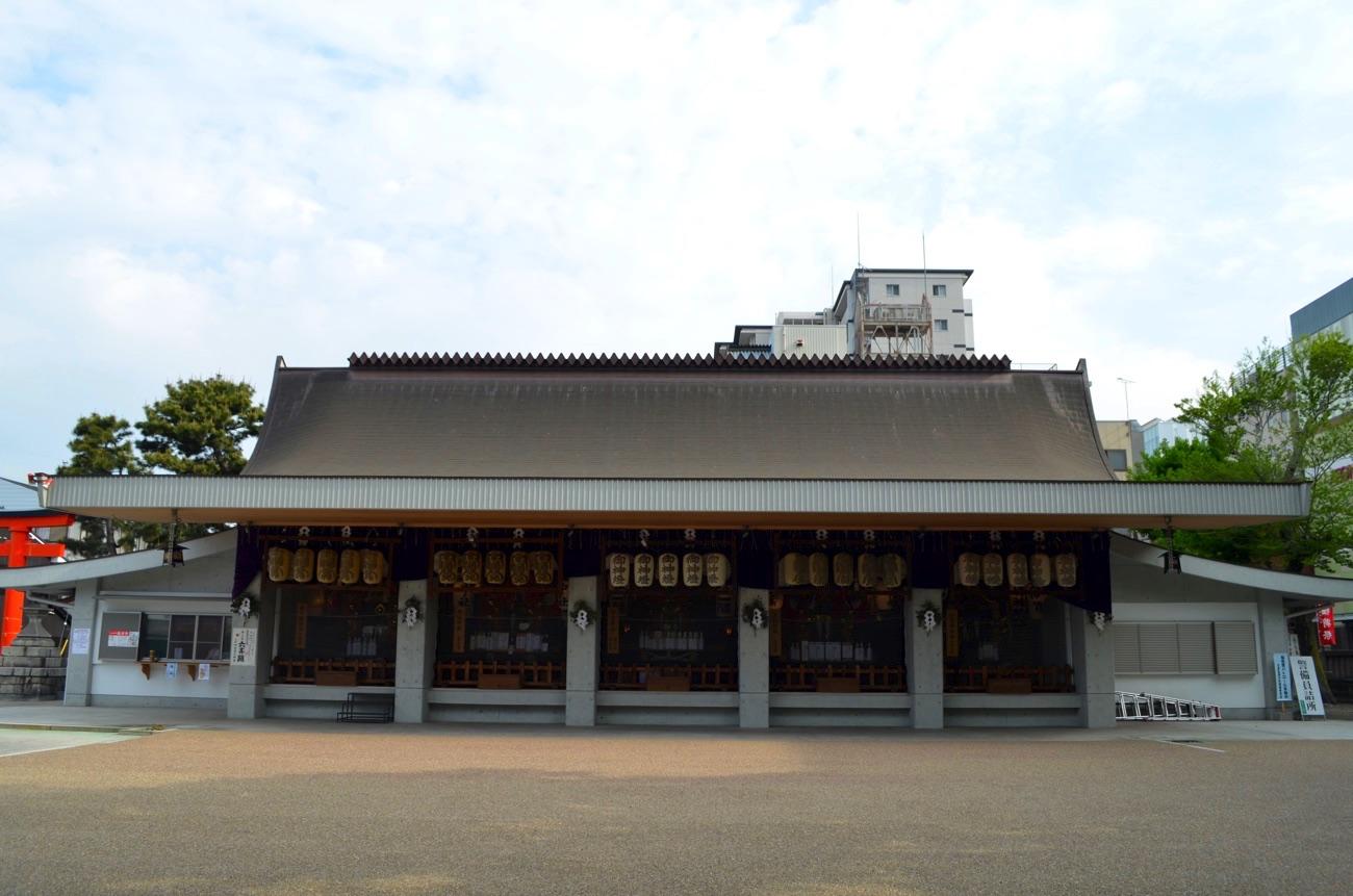 奉安殿に並ぶ5基のお神輿