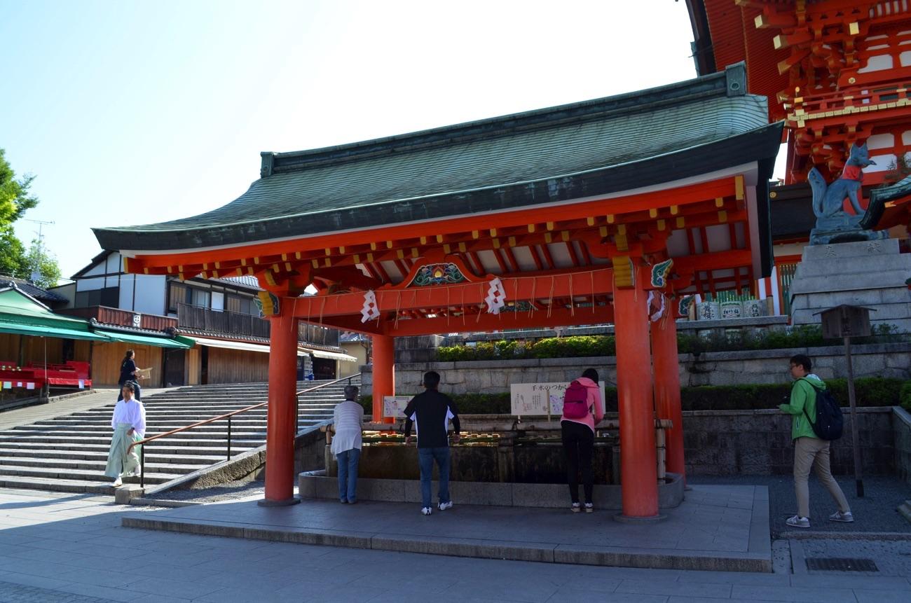 楼門の横の手水舎