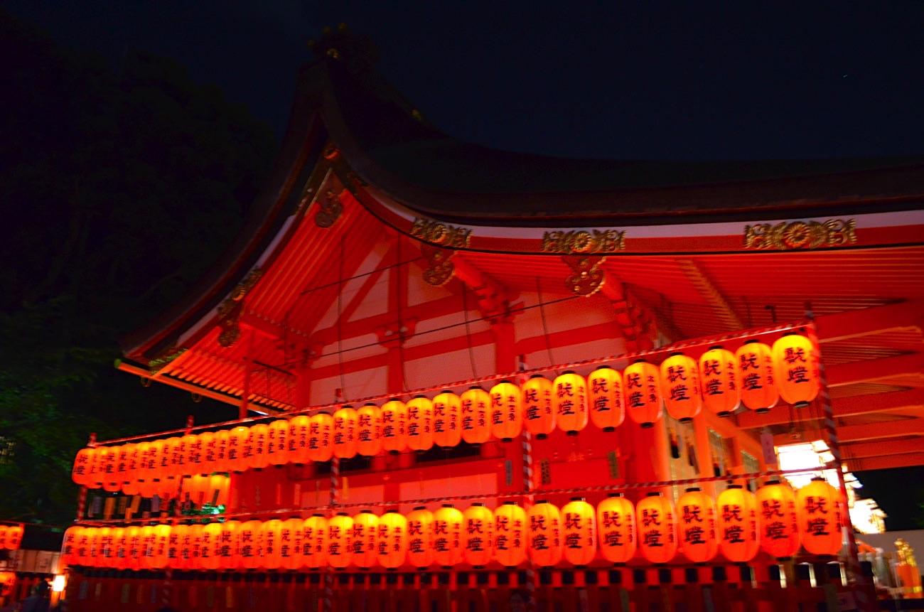 境内が赤く染まる本宮祭