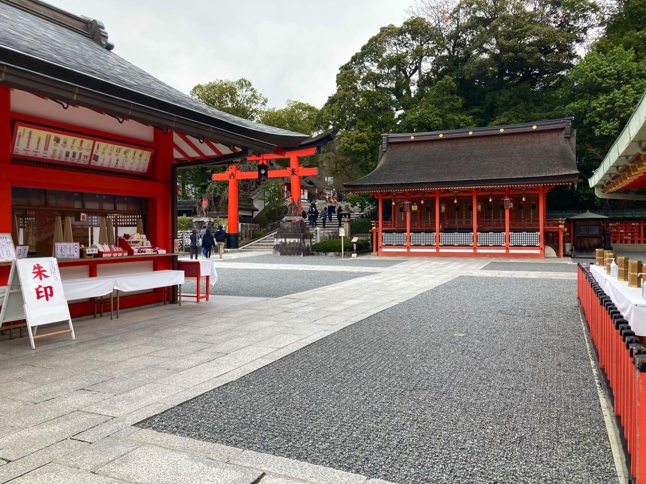 内拝殿の左側の参道