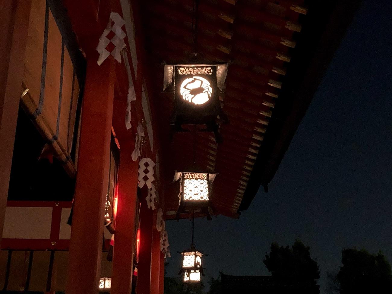 軒下の鉄灯篭