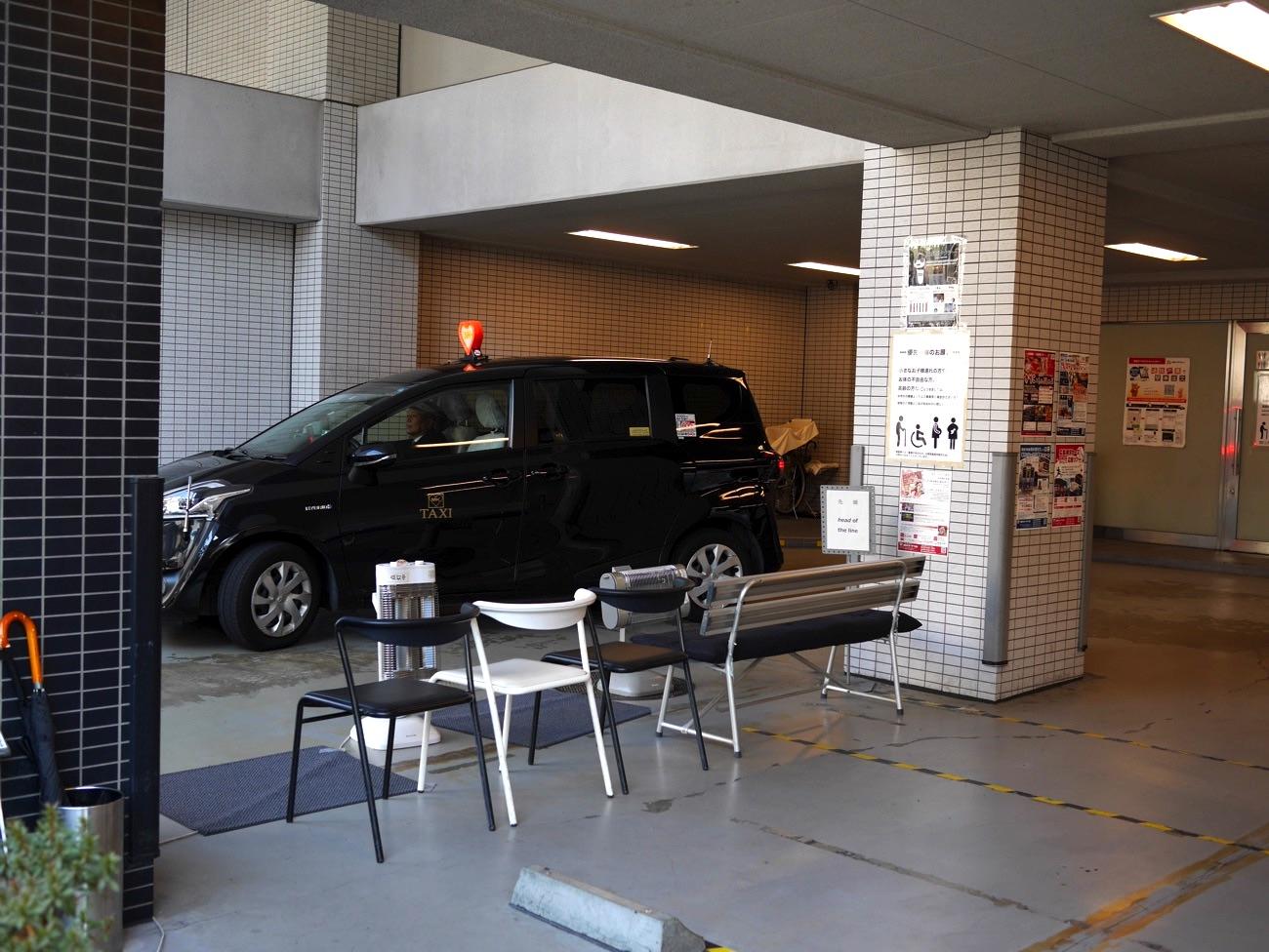 タクシー待ちのベンチ