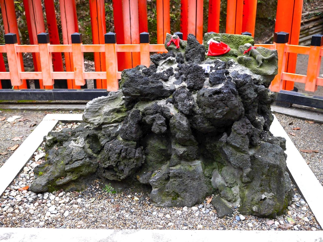 値上がり松(膝松さん)の近くにある岩