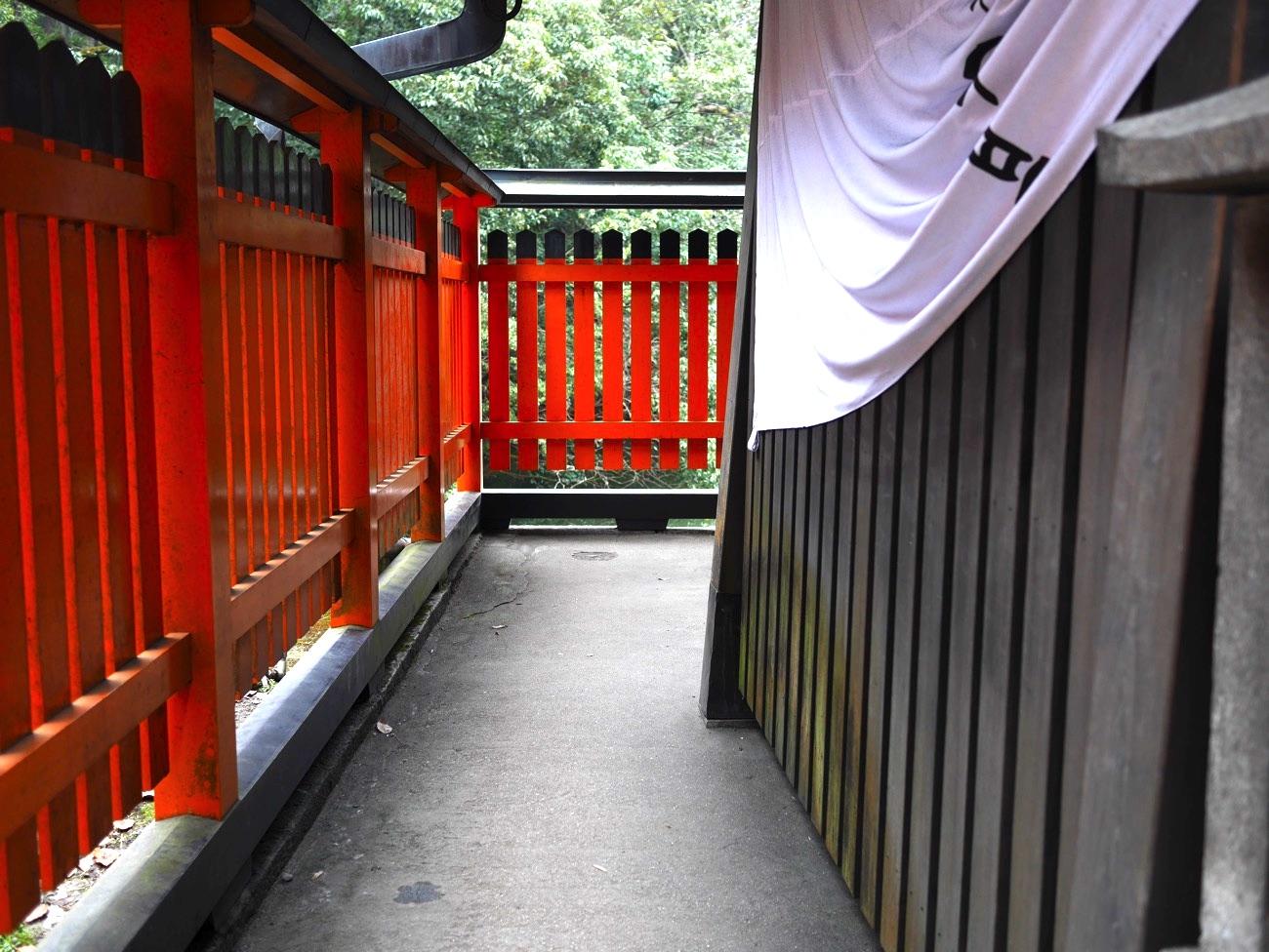 熊鷹社の社殿の横