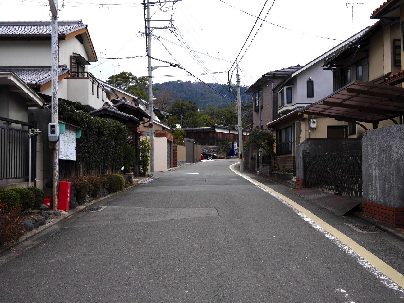 住宅街を通る