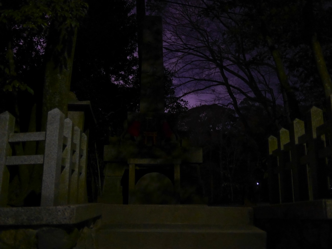 石碑のまわりは真っ暗