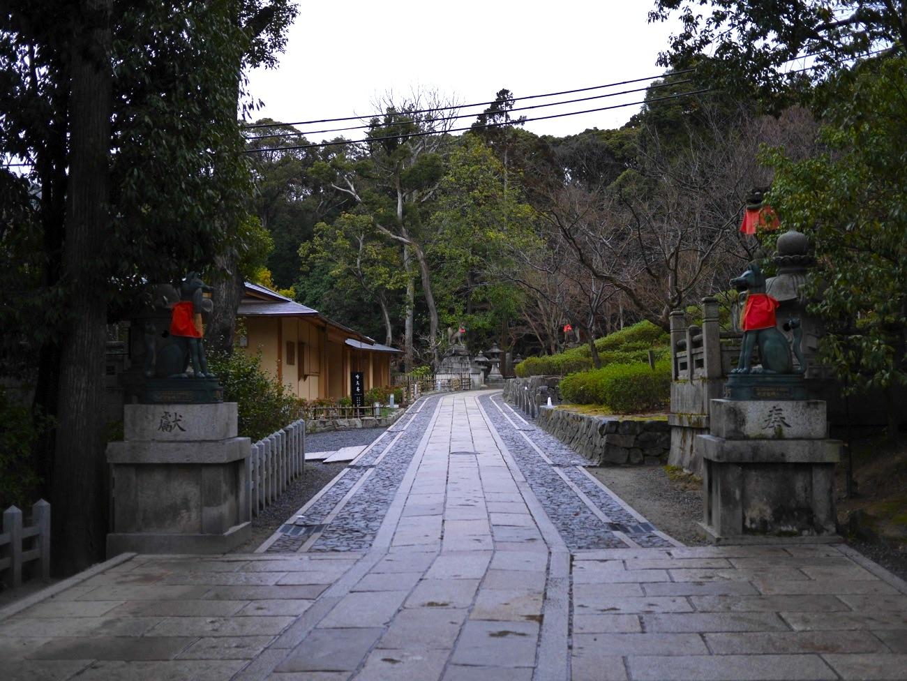啼鳥菴(稲荷茶寮)の前の参道