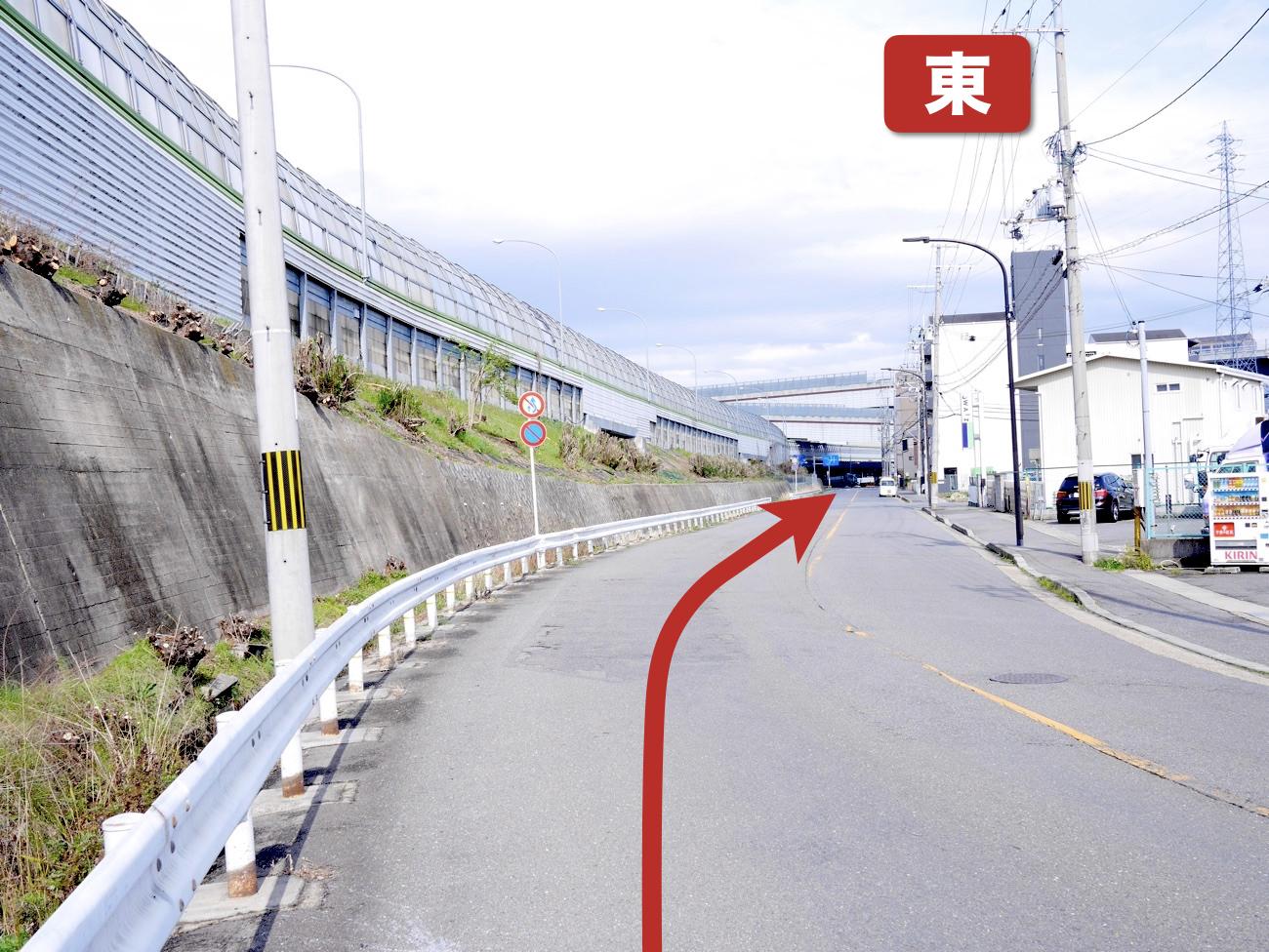 名神高速道路沿いを道なりに進む